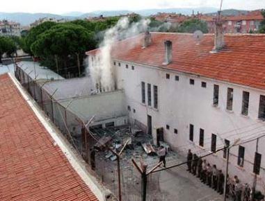 Cezaevindeki ikinci yangın isyan hareketine dönüştü