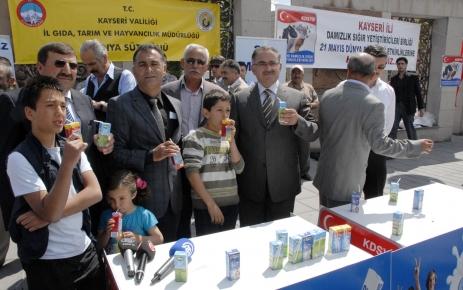 Dünya Süt Günü'nde 10 bin paket süt dağıtıldı