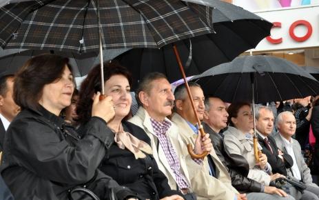 Edirne protokolü, 19 Mayıs coşkusunu vatandaşlarla yağmur altında izledi