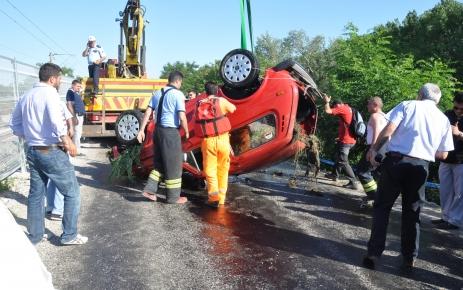 Edirne'de otomobil nehre uçtu: 2 kişi öldü