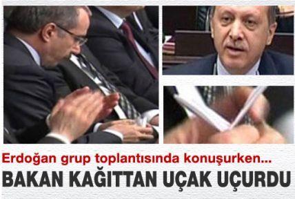Erdoğan  Konuşurken , Bakan Dinçer Kağıttan Uçak Uçurdu