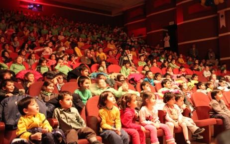 Kukla çocuk tiyatrosunu 35 bin öğrenci ücretsiz izledi