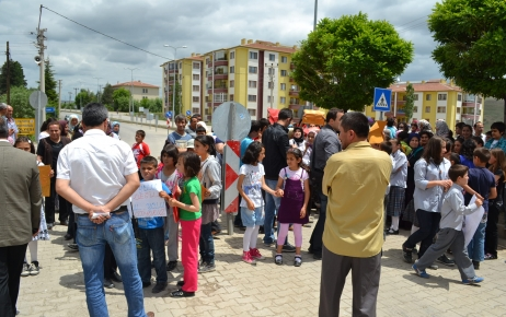 Öğrenciler karne gününde yol kapattı