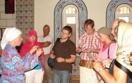 Rus gençler, Müslüman dedelerine dua için Rusça Kur'an alıyor