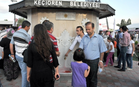 Şerbet veren Osmanlı çeşmesine yoğun ilgi