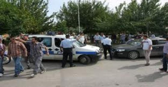 Silahlı kavgadan çıkan kurşunlar polis aracına isabet etti