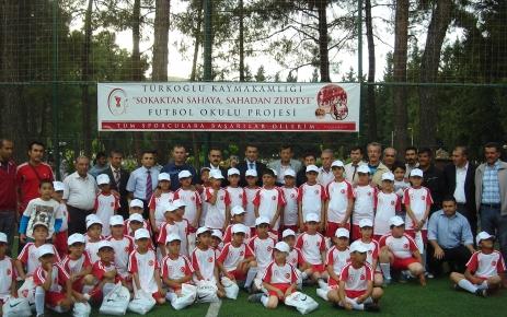 Türkoğlu'nda 'Sokaktan Sahaya Futbol Okulu' projesi hayata geçti