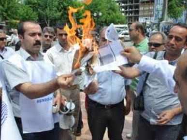 Zamlarının geç yatırılmasını maaş bordrolarını yakarak protesto ettiler...