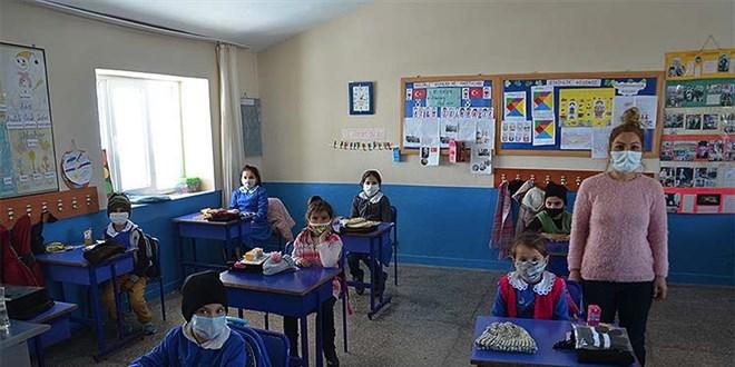 Pervin öğretmen köydeki öğrencilerin yüzünü güldürüyor
