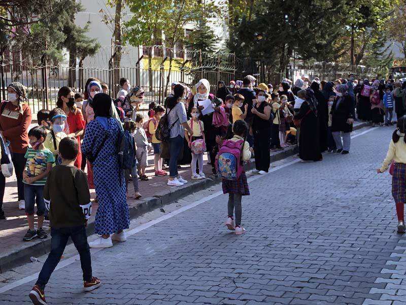 Okulların çevresinde korkutan veli yoğunluğu