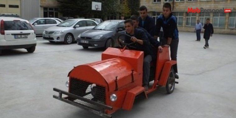Liseliler hurda malzemelerden otomobil üretti