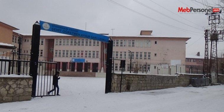 Yoğun kar yağışı nedeniyle ilçede  okullar tatil edildi
