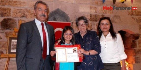 Okul Müdürü, öğrencisinin öğrencisine diploma verdi