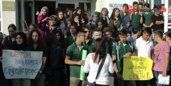 Öğrenciler sınıf girişlerinde barikat kurdu, girişlere izin vermedi