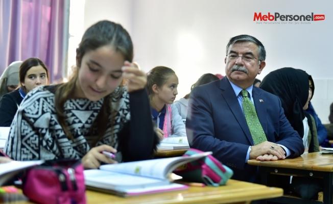 Bakan Yılmaz, Antalya Muratpaşa İmam Hatip Ortaokulunu ziyaret etti