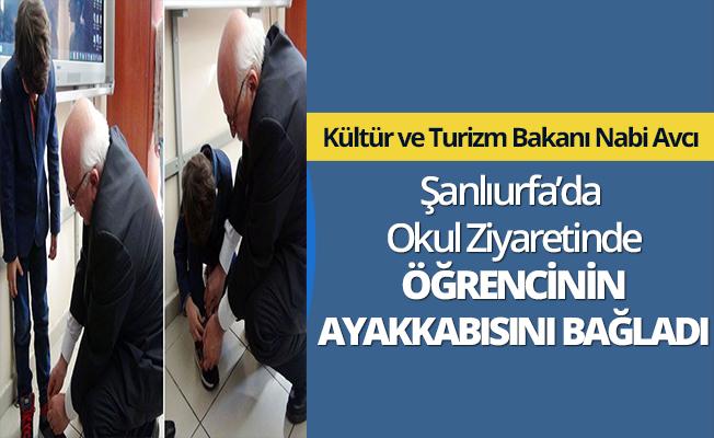 Kültür Bakanı Nabi Avcı öğrencinin ayakkabısını bağladı
