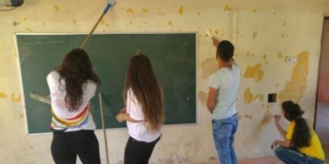 Adana'da üniversite öğrencileri ilkokulu boyadı