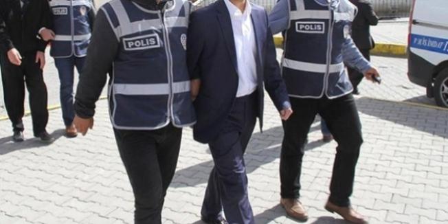 İzmir'de ihraç edilen öğretmenlerle birlikte 11 kişi tutuklandı