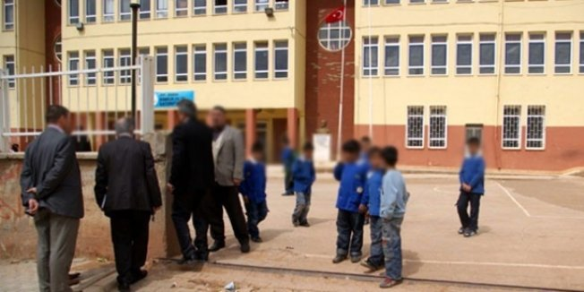 İzmir'de üzerine okul kapısı düşen öğrenci yaralandı