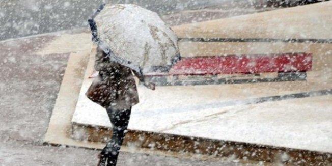 İstanbul'da kar yağışı etkisini artırarak sürdürüyor