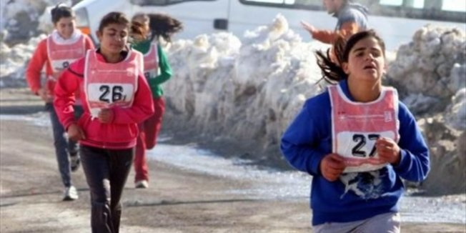 Öğrenciler sıfırın altında 7 derecede koştu