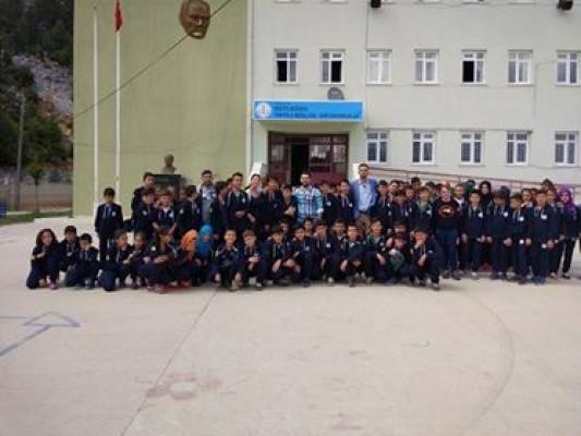 Antalya Kaş ilçesinin köy okulunda karne hediyesi sevinci