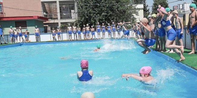 Okul bahçelerine portatif havuz kuruldu