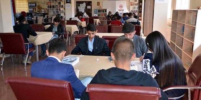 Gençler 'kitap kafe' ile sosyalleşiyor