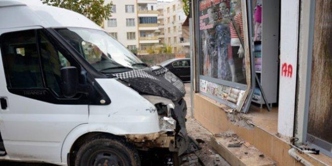 Öğrenci servisi kaza yaptı: 15 yaralı