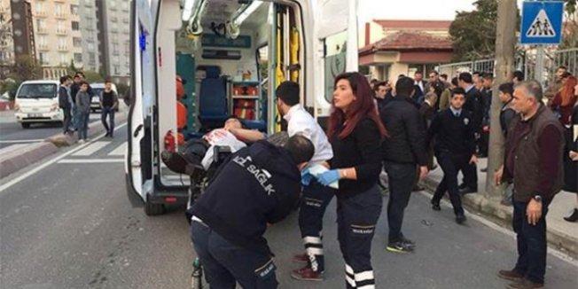 Okul önünde bıçaklı saldırıda öğrenciler yaralandı