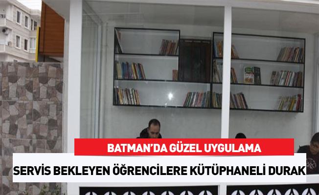 Servis bekleyen öğrenciler için 'kütüphane durak'