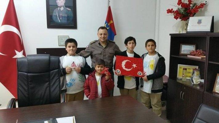 Öğretmen ve öğrencilerden askere moral ziyareti
