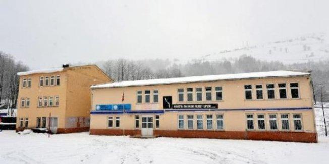 Zemini kayan, duvarları çatlayan okul kapatıldı