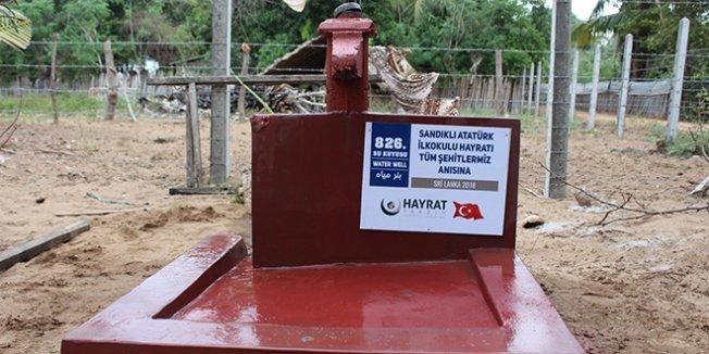 Öğretmenler, Sri Lanka'da su kuyusu açtırdı