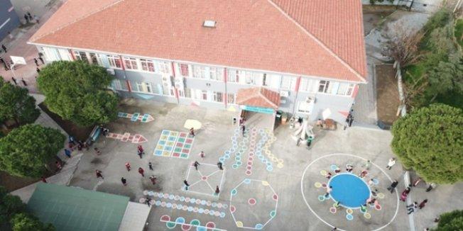 Okul bahçesini oyun alanlarıyla donattılar