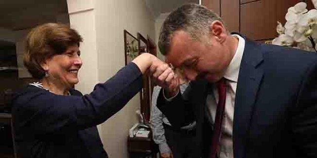 İlkokul öğretmeninin elini öptü, duasını aldı