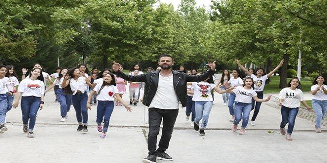 Öğretmen ve öğrencileri 'köy okulları' için klipte buluştu