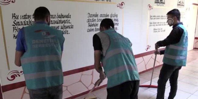 Hükümlüler okulları temizliyor