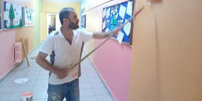 Okul müdürü ve yardımcısı boya fırçalarını eline aldı, okulu masraftan kurtardı