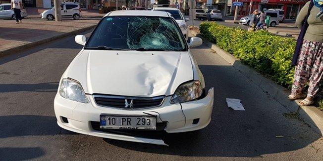 Yaya geçidini kullananan öğrenciye otomobil çarptı