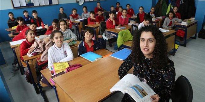 Zeynep öğretmen öğrencilerine ışık oluyor