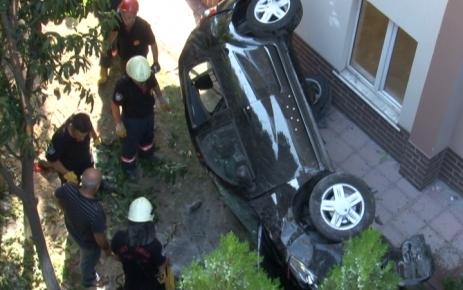 Acemi sürücü, 10 metre yükseklikten apartman boşluğuna düştü