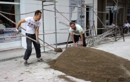 Atanamayan iki öğretmen, inşaatta çalışmaya başladı