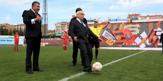 Bakan Avcı, Eskişehir´de Okullar Arası Futbol Turnuvası'nın Açılışını Yaptı