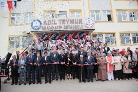 Başbakan'ın öğretmeninin ismi okula verildi