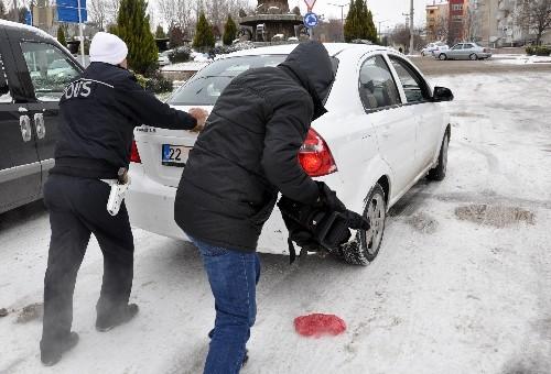 Buz pistine dönen yollarda sürücüler zor anlar yaşadı