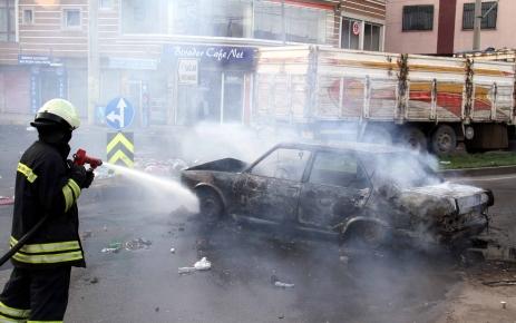 Diyarbakır'da göstericiler markete saldırdı, araçları yaktı