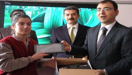 Diyarbakır'da bin 430 lise öğrencisi tabletine kavuştu