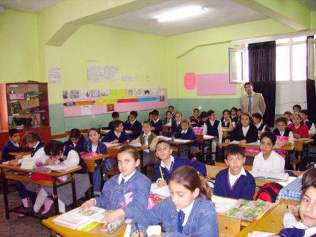 Elmadağ'ın öğretmen kökenli Belediye Başkanı Şahin, okullarda ders veriyor