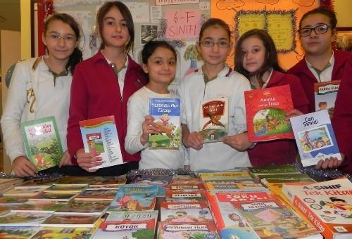Emine Nakıpoğlu öğrencileri, topladıkları kitapları kardeş okula bağışladı